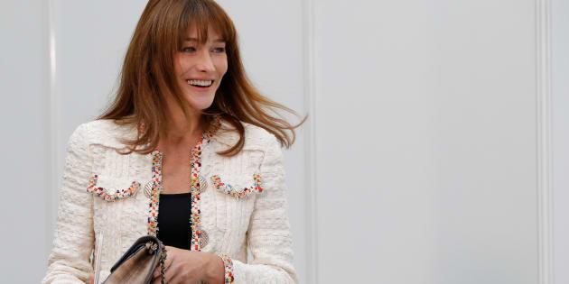 La chanteuse et ancienne Première dame Carla Bruni-Sarkozy pose pour la présentation de la collection Printemps/Été 2017 de la maison Chanel.