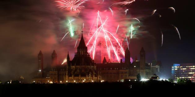 Des feux d'artifices marquent le 150e anniversaire du Canada, le 1er juillet dernier à Ottawa.