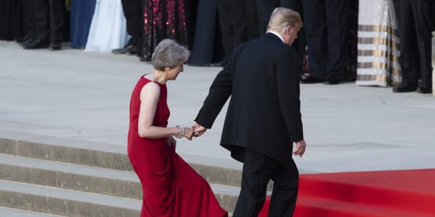 Donald Trump a encore attrapé la main de Theresa May lors de sa visite au Royaume-Uni.