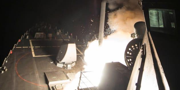 2017年4月、シリアに向けてアメリカ軍の艦船から発射される巡航ミサイル「トマホーク」