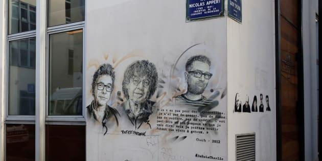 Devant les anciens locaux du journal, l'hommage dessiné aux satiristes de Charlie Hebdo disparus lors de l'attentat du 7 janvier 2015, qui fit 11 morts.