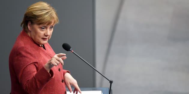 A chanceler alemã, Angela Merkel, discursa no parlamento, em Berlim, nesta quarta (12).