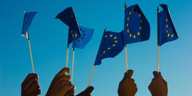 Des fans agitent le drapeau de l'Union européenne lors de l'Eurovision.