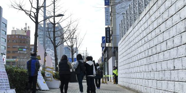 釜山の日本総領事館で、韓国人の...