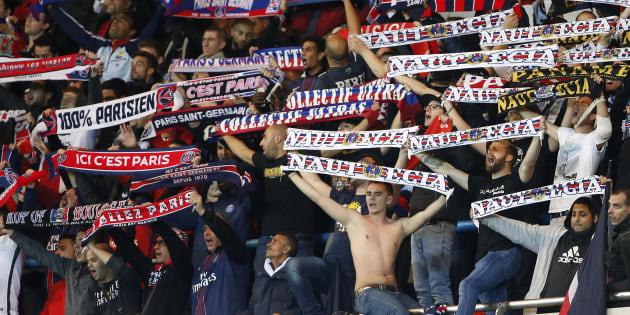 Des supporters du PSG lors du march face au FC Basel en Ligue des Champions le 19 octobre 2016. REUTERS/Charles Platiau (FRANCE  - Tags: SPORT SOCCER)
