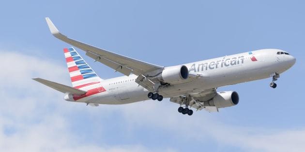 Un avión de American Airlines, aterrizando en Madrid-Barajas en mayo de 2015.