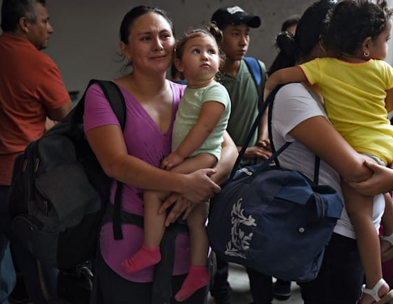 U.S. gives free rides home to thousands of migrants