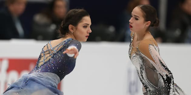 メドベージェワ(左)とザギトワ(1月18日、モスクワで撮影)