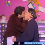 Patrick Bruel embrasse Danielle Moreau visiblement très gênée dans