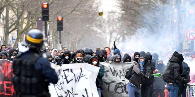 Des étudiants face aux forces de l'ordre lors d'une manifestation le 22 mars à Paris