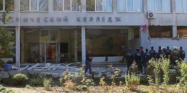 El sitio de la explosión de una bomba en un colegio en la ciudad crimea de Kerch.