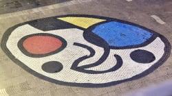 La fourgonnette termine sa course sur une emblématique mosaïque de