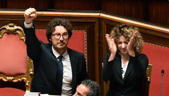 LEGGE PER GENOVA (CON CAOS FINALE) - Il testo (con il condono per Ischia) è stato approvato dal Senato con 167 sì, 49 contrar...