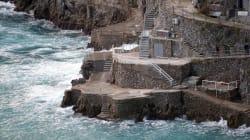 Turista uccisa da un'onda nella Costiera amalfitana. Vento e mareggiate colpiscono il
