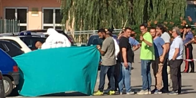 Inquirenti sul luogo dove la responsabile del day hospital oncologico dell'ospedale di Sant'Omero (Teramo), Ester Pasqualoni, � stata uccisa, 21 giugno 2017. ANSA/PER GENTILE CONCESSIONE DI EMMELLE TV