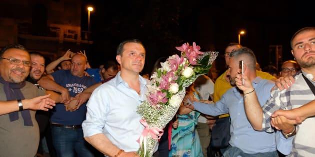 Cateno de Luca (Udc), nuovo sindaco di Messina, festeggia i risultati del ballottaggio delle elezioni amministrative a Messina, 24 giugno 2018. ANSA