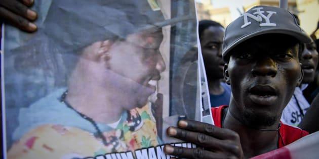"""Un momento del corteo organizzato per chiedere giustizia per Ibrahim Manneh, il giovane ivoriano di 24 deceduto al Loreto Mare, Napoli, il 12 luglio 2017. Gli attivisti dell'ex Opg parlano di una morte causata a seguito di """"una vera e proprio odissea non priva di indifferenza che ha dato prova di un sistema sanitario decadente come quello campano""""."""