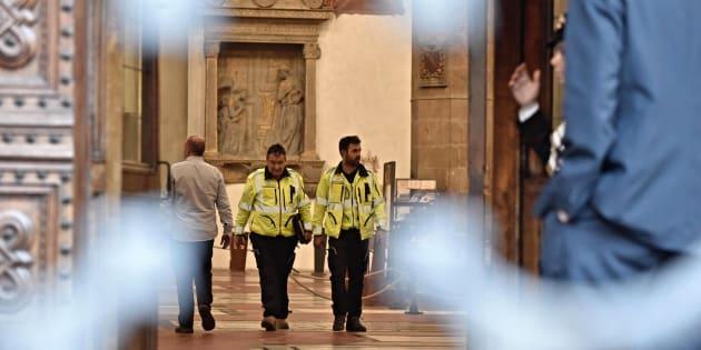 Efectivos sanitarios permanecen en el interior de la basílica de Santa Croce, tras el accidente en el que ha muerto un turista español.