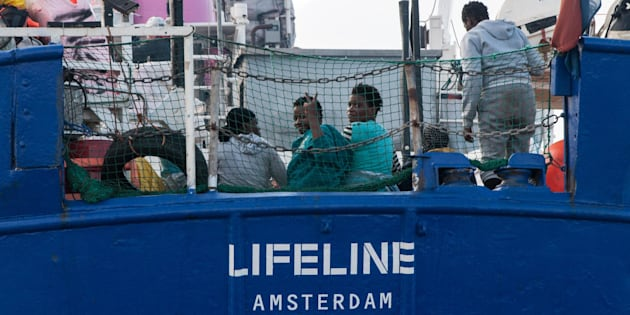 "Migranti, Lifeline in un tweet: ""La nostra nave batte b"