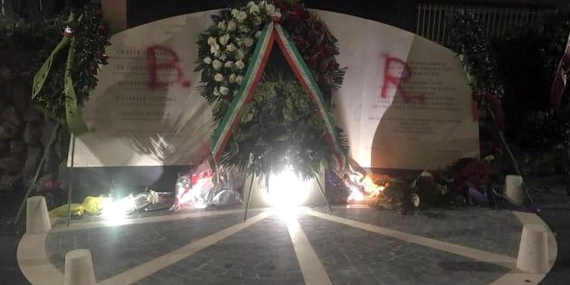 Aldo Moro, imbrattato il monumento in via Fani: scritta