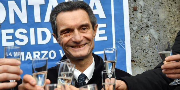 Il candidato presidente per il centrodestra in Lombardia Attilio Fontana brinda con alcuni simpatizzanti in occasione dell'apertura della sua campagna elettorale a un mercato di San Maurizio al Lambro, zona periferica di Cologno Monzese, alle porte di Milano.