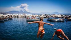 Non si placa l'emergenza incendi. Preoccupa il Vesuvio, il Golfo di Napoli circondato dalle fiamme. Evacuati in 700 a San Vit...