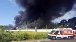 In fiamme un deposito di plastica a Roma. L'appello dei vigili del fuoco: