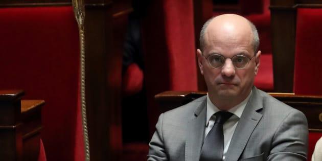 Jusqu'à 300 fermetures de classe en zone rural, selon Jean-Michel Blanquer. L'opposition crie à la trahison.