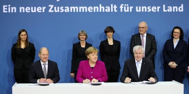 Germania, Merkel firma con Spd e Csu l'accordo di coalizione