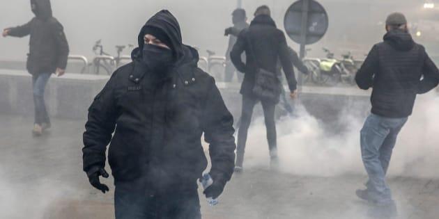 Scontri a Bruxelles: in protesta pro e contro migranti. Cari