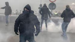 Scontri a Bruxelles: in protesta pro e contro migranti. Carica della polizia sui