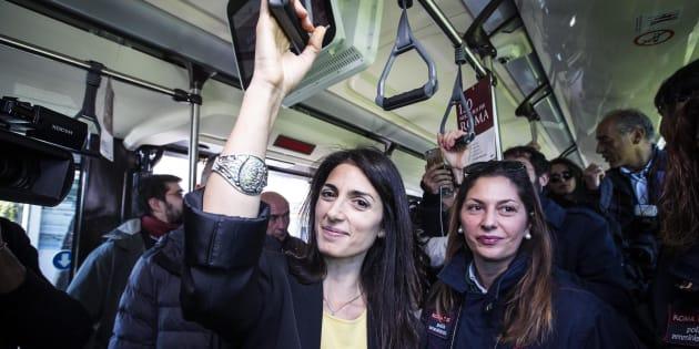La sindaca di Roma Virginia Raggi (S) con l'assessore ai Trasporti Linda Meleo durante la presentazione dei nuovi autobus Atac al capolinea di Torre Maura, Roma, 09 novembre 2016