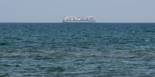 La nave cargo Alexander Maersk, battente bandiera danese, con pi� di 100 migranti a bordo, in attesa di essere autorizzata ad attraccare, ancorata a tre miglia dal porto di Pozzallo, 24 giugno 2018. ANSA/Santino Galazzo