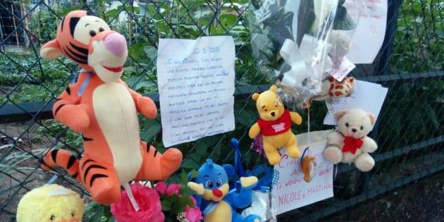 Fiori e peluche sul luogo dove è stato trovato un neonato abbandonato in strada, a Settimo (Torino) 30 maggio 2017. Il piccolo è poi deceduto all'ospedale Regina Margherita.