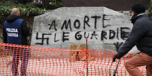 Aldo Moro, targa a Roma imbrattata con due svastiche e scrit