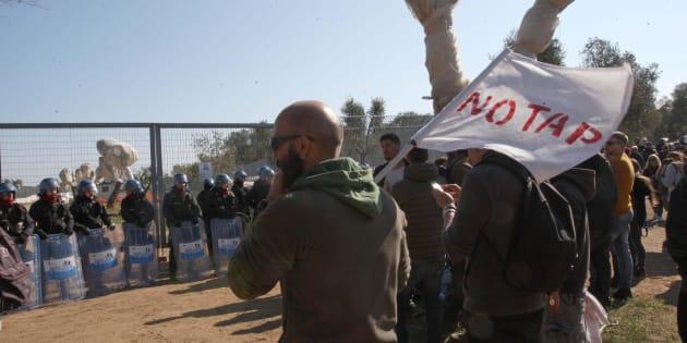 Manifestanti contrari al gasdotto davanti al cantiere Tap, il gasdotto dell'Adriatico a Melendugno, in Puglia, 28 ottobre 2017.   ANSA/ CLAUDIO LONGO
