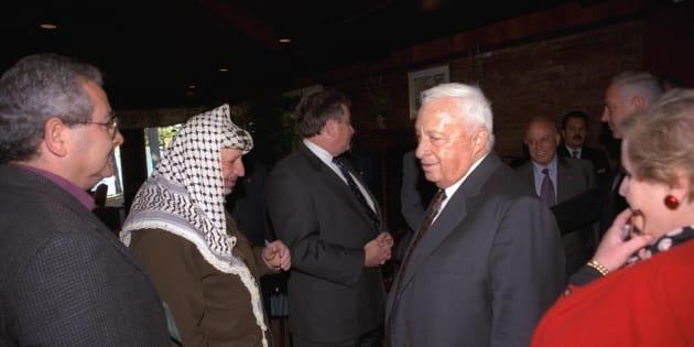 Yasser Arafat y Ariel Sharon, durante los encuentros de la conferencia de paz de Wye (EEUU), en octubre de 1998.