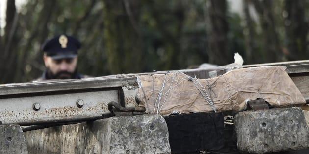 Un particolare della campata, interessata dal cedimento di un binario, al 'punto zero' lungo la linea ferroviaria dove è avvenuto il deragliamento del treno di Trenord che ha causato la morte di tre donne e diversi feriti