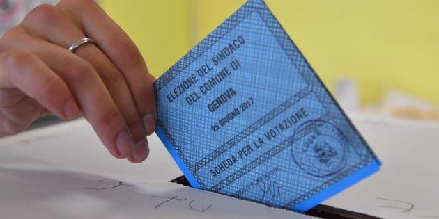 Un momento delle votazioni per il ballottaggio elettorale per il sindaco di Genova, 25 giugno 2017 a Genova. ANSA/LUCA ZENNARO