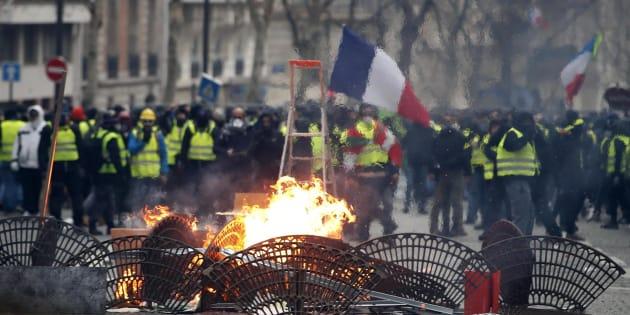 Macron alza il salario minimo e apre un dibattito nel Paese