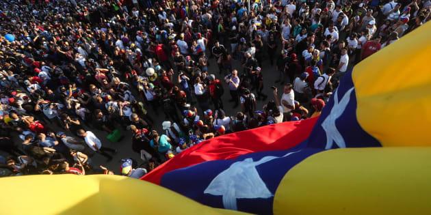 "Venezuela, Erdogan sostiene Maduro: ""Fratello resta in"