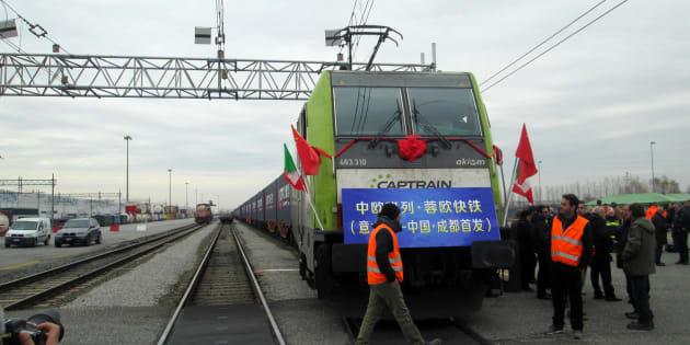 Il primo treno merci diretto Italia-Cina al terminal ferroviario del Polo logistico integrato di Mortara, in provincia di Pavia, pronto per affrontare il suo viaggio lungo 10.800 chilometri e 18 giorni, 28 novembre 2017. ANSA/ CLAUDIO BRESSANI