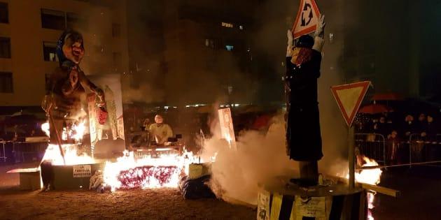 Un fantoccio raffigurante la presidente della Camera Laura Boldrini (al centro dell'immagine), con tanto di fotografia corredata da slogan contro le politiche migratorie, è stato dato alle fiamme dal Movimento Giovani Padani della Lega, in piazza a Busto Arsizio (Varese).