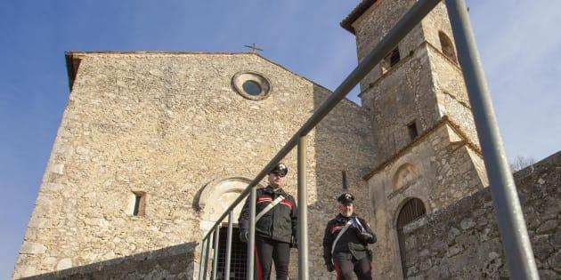 La chiesa di San Tommaso a Roccasecca, in provincia di Frosinone. L'agente della polizia penitenziaria di Cassino, accusato di aver abusato la figlia 14enne per mesi, si è suicidato impiccandosi alla grata