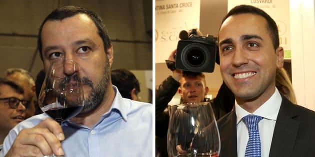 In una combo il leader della Lega Matteo Salvini (S) e il capo politico del M5s Luigi Di Maio (D) bevono un bicchiere di vino durante Vinitaly, Verona, 15 aprile 2018.