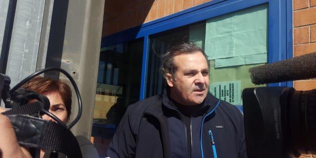 Saverio De Sario, l'uomo di origine sarda che era stato condannato in via definitiva a 11 anni di carcere per abusi sessuali sui figli, lascia il carcere di Terni, dove era attualmente detenuto, dopo essere stato assolto dalla Corte d'appello di Perugia al termine del processo di revisione, 21 aprile 2017. I figli, infatti, a distanza di anni hanno ritrattato la loro versione spiegando di essere stati costretti dalla madre a mentire. Fatti accaduti tra la Sardegna e Brescia quando i figli dell'uomo avevano 9 e 12 anni. Ad attenderlo, all'uscita dal carcere, i figli stessi, due sorelle e una nipote. Con loro il difensore dell'uomo, l'avvocato Massimiliano Battagliola. ANSA/ FEDERICA LIBEROTTI