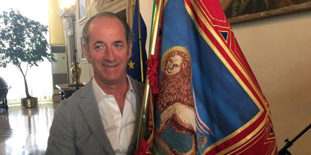 Il presidente della Regione Veneto, Luca Zaia, posa per una foto con il gonfalone del Veneto, 09 ottobre 2017. ANSA/CARLO PARMEGGIANI