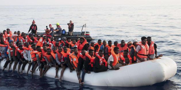 Nave italiana riporta in Libia 108 migranti