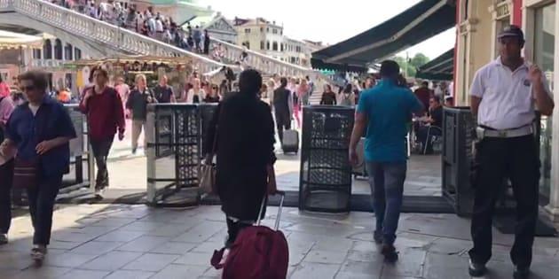 Sono stati installati oggi pomeriggio a Venezia i primi tornelli in metallo che serviranno da questo week end per fermare e deviare i turisti nel caso di eccessivo afflusso. ANSA/GABRIELE VATTOLO