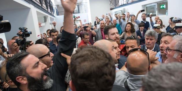 Tensione a Roma: Casapound interrompe la conferenza stampa della Raggi